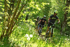 Air globe moto et vélo électrique sur les routes du Vallon de Marcillac ou sur les pistes du Larzac. Julien Barthélémy - Article du magazine Écho'Aveyron